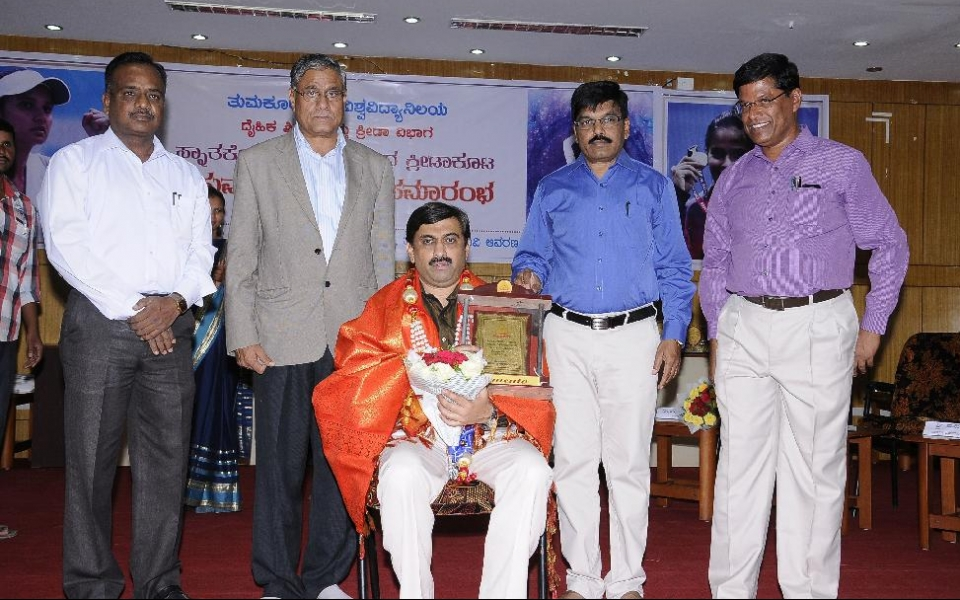 Prof. Mahantesh G K, Secretary, Cricket Association of Blind India, felicitated on the occasion of PG Level Sports Prize Distribution ceremony held on 3 May, 2016. (From left) Prof. Paramashivamurthy, Registrar (E); Prof. A H Rajasab, Vice Chancellor; Prof. M Venkateshwarlu, Registrar and Dr. A M Manjunath, Director, Physical Education are seen.