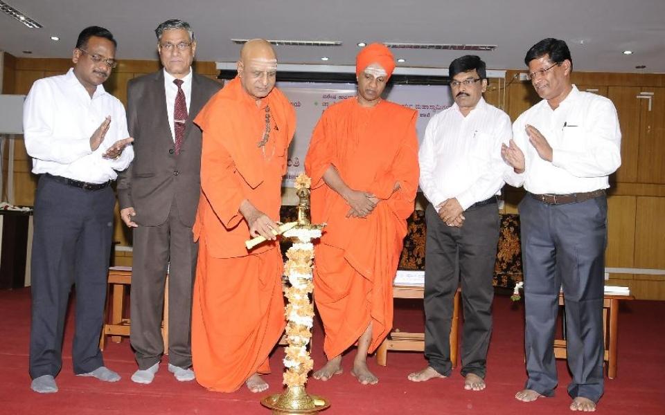 Inauguration of Basava Jayanti celebration by Dr. Sree Sree Panditaradya Shivacharya Maha Swamiji of Sree Taralabalu Jagadguru Brahanmatt, Sanehalli and Sree Sree Siddalinga Maha Swamiji of Sree Siddaganga Matt, Tumkur, held on 13 May 2106.